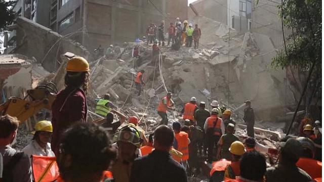 Terremoto in Messico, corsa contro il tempo: i soccorritori scavano tra le macerie
