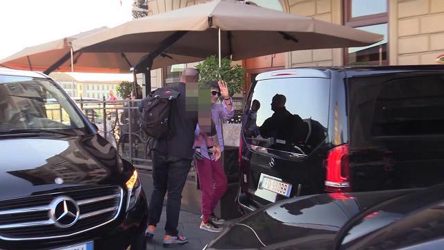 Firenze, arrivano i Rolling Stones scortati dalla polizia: saluti ai fan e poi in albergo