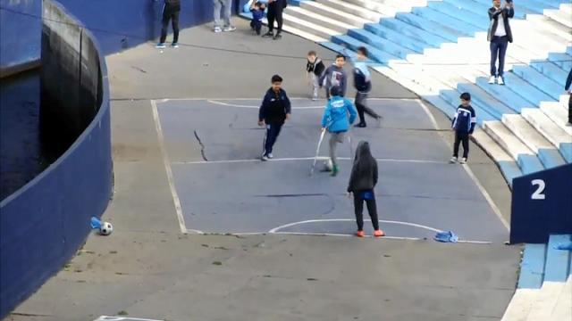 Argentina, elastico e gol sulle stampelle: magia del bimbo con una gamba sola
