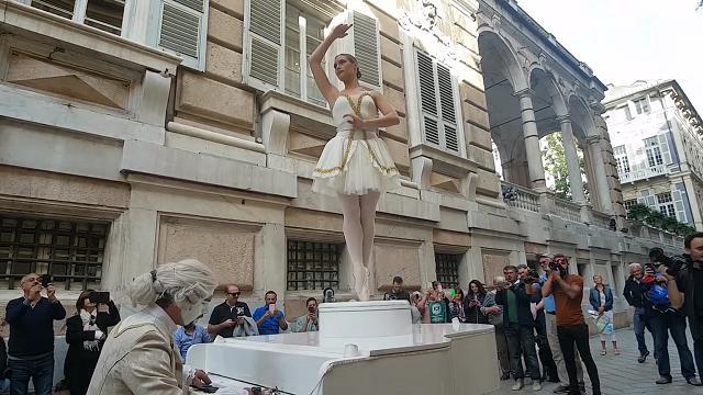 Genova, musica e poesia in strada: il carillon vivente di via Garibaldi