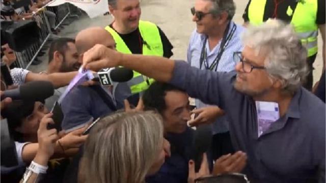 """Italia 5 Stelle, Grillo distribuisce soldi ai giornalisti: """"Ora dite quello che voglio io"""""""