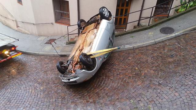 Trieste, il recupero dell'auto con la fune