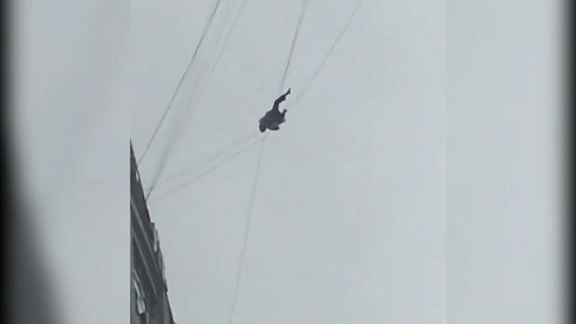 Cina, fuga dall'hotel per non pagare: si appende a un cavo al 19° piano