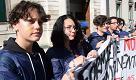 """Bari, studenti in corteo con le tute blu da operai: """"No all'alternanza scuola lavoro"""""""