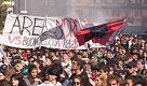 Studenti in corteo a Napoli. Striscione contro il G7 a Ischia