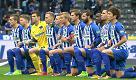 """Germania, l'Hertha Berlino in ginocchio sul campo: """"Vogliamo una città tollerante"""""""