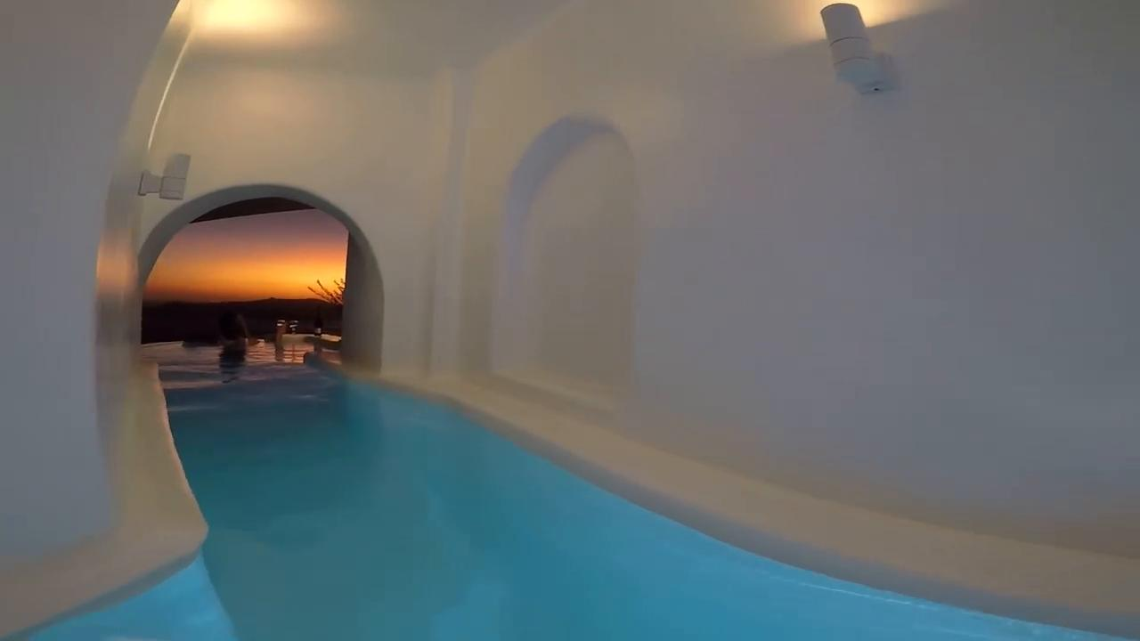 Santorini il mare in una stanza la piscina in camera con - Hotel con piscina privata grecia ...