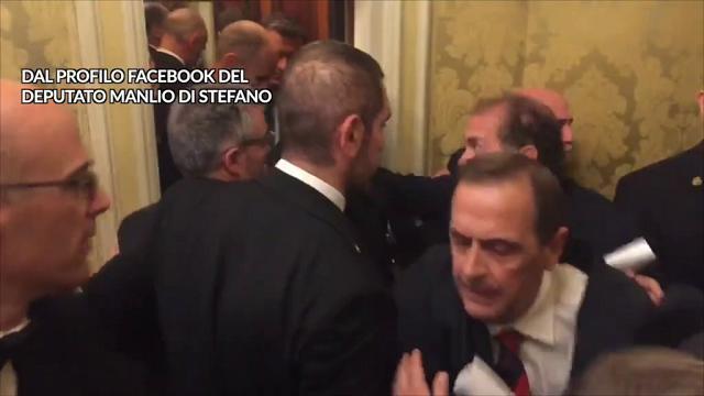 Rosatellum, commessi bloccano protesta M5s: parapiglia nei corridoi del Senato