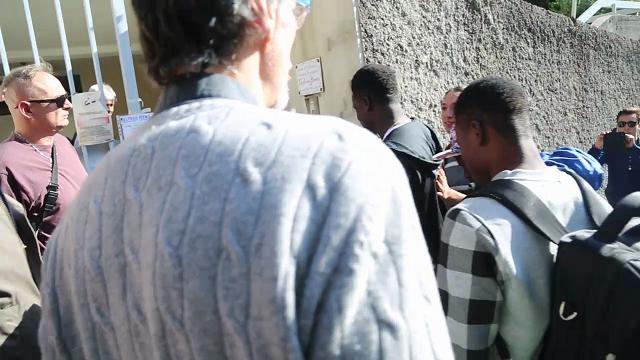 """Multedo, insulti all'arrivo dei migranti nel'ex asilo. Don Martino: """"Benvenuti"""""""
