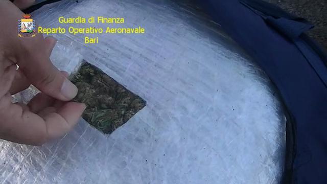 Bari, gommone bloccato in mare: una tonnellata e mezzo di marijuana a bordo