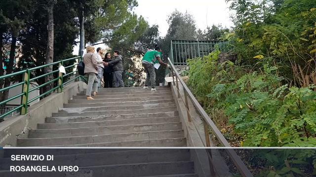 I migranti pitturano le ringhiere di Bosco Pelato