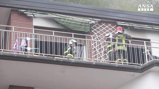 Como, morti tre bimbi nella casa incendiata: l'intervento dei soccorritori