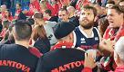 Gli Stings festeggiano con i tifosi la vittoria nel derby contro Ferrara