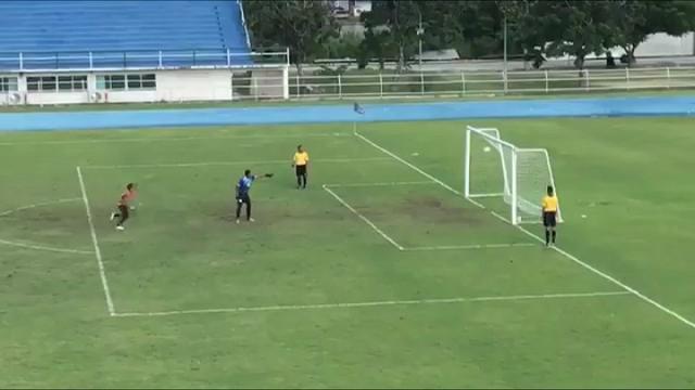 Thailandia, il rigore più pazzo di sempre: il portiere esulta per la traversa ma la palla entra in porta