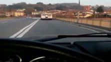 Torino, il viaggio shock del passeggero appeso dietro al bus