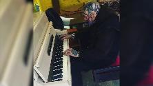 Australia, il talento sotto i tatuaggi: 72enne stupisce al piano