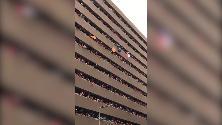 Houston, alla fan cade il cappello: la catena umana è una scalata verso l'alto