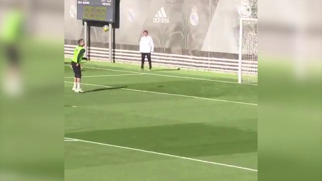 Real Madrid, per Cristiano Ronaldo è tutto facile: gol con un pallonetto di spalla