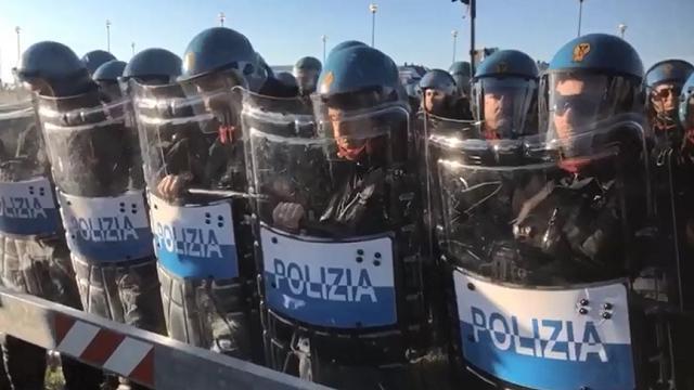 Il corteo per i diritti dei rifugiati bloccato dalla polizia