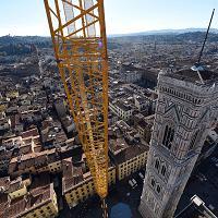 Firenze, sospesi a 135 metri di altezza sul pennone del Campanile di Giotto