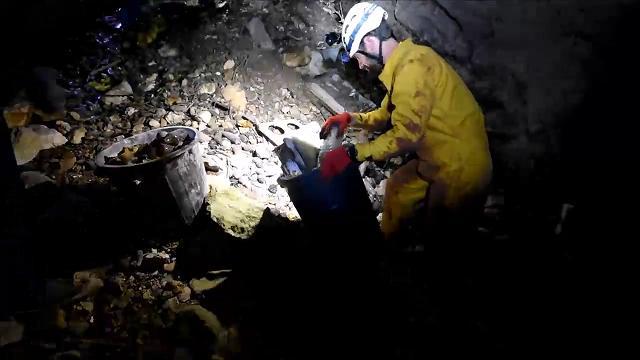 Salento, la 'Grotta delle fate' è invasa dai rifiuti: volontari al lavoro per ripulirla