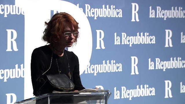 """Nasce la nuova Repubblica, la scrittrice turca Asli Erdogan: """"Libertà è una parola che non può mai essere messa a tacere"""""""