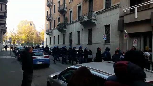 Torino, dopo la trattativa i dirigenti Embraco scortati fuori dalla polizia