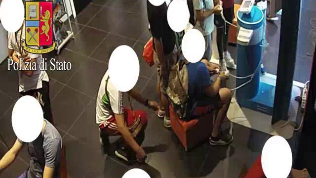 Baby gang in azione a Milano, borseggio nello zaino del compagno ma la telecamera riprende tutto