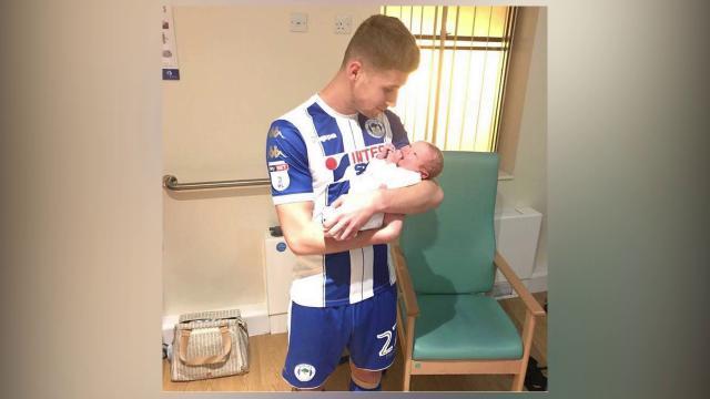Gb, in ospedale dopo la doppietta: abbraccia il figlio neonato ancora in divisa