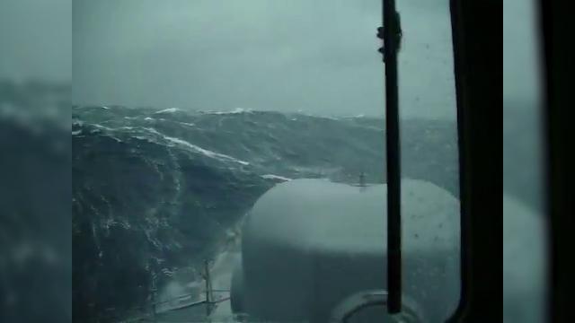 Argentina, onde alte cinque metri: la tempesta durante le ricerche del sottomarino