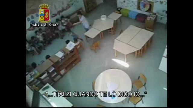 Schiaffi, urla, bambini trascinati a terra:il video shock dell'asilo di Vercelli
