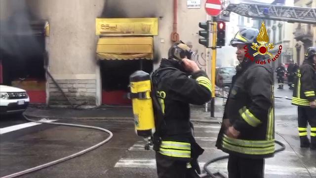 Firenze, fiamme in un negozio: salvati due gatti ed evacuati tre appartamenti
