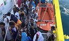 Migranti: canti e preghiere sull'Aquarius che arriva a Catania