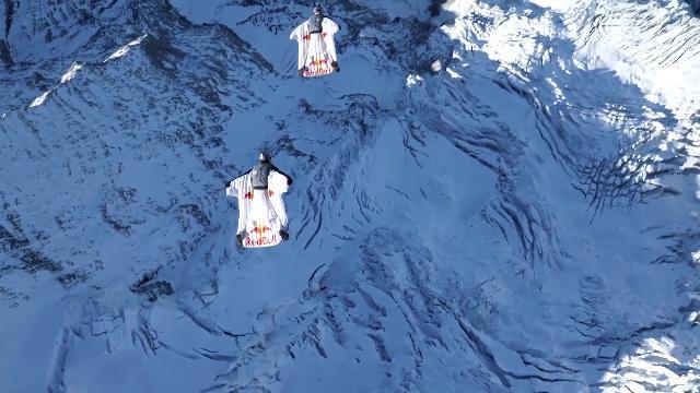 Svizzera, in volo tra le montagne innevate: con la tuta alare giù dalle Alpi