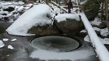 New York, c'è un disco di ghiaccio rotante nel lago: il raro fenomeno filmato da una famiglia
