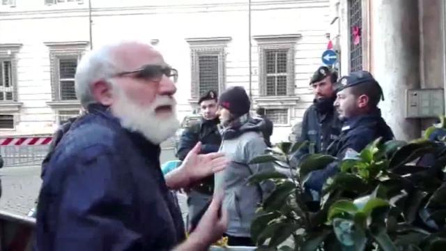 """A Roma Piazza Apostoli chiusa per Salvini, il parroco: """"Come vengono a messa?"""""""