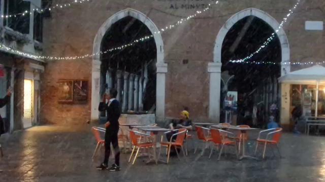 Venezia, scende la neve: turisti divertiti