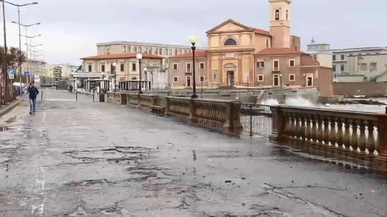 Maltempo La Mareggiata A Livorno Vista Dalla Terrazza Mascagni