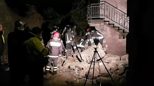 Maltempo a Trieste, muro crolla in via Commerciale
