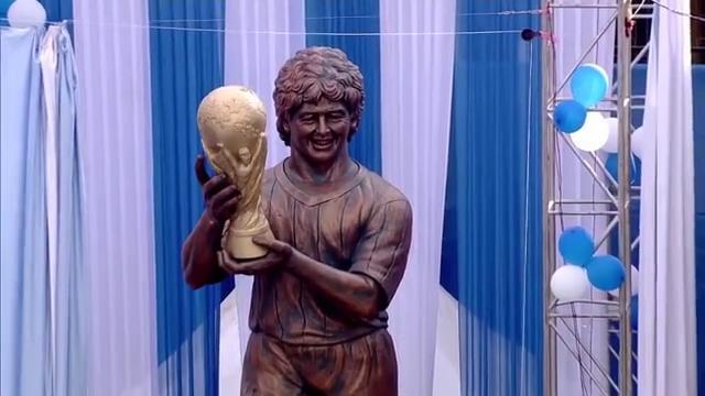 Calcutta, la statua gigante dedicata a Maradona non gli somiglia per niente
