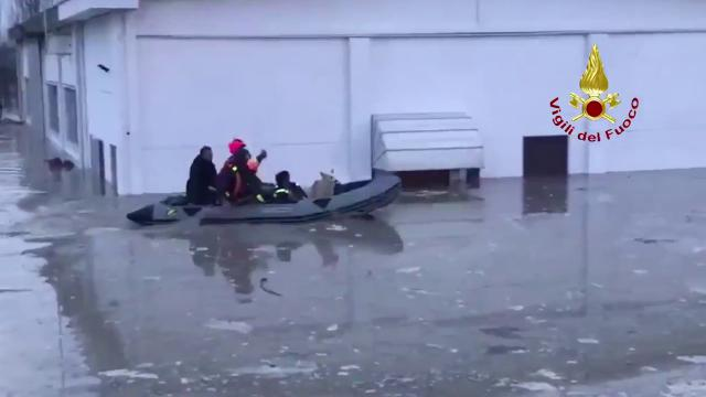 Colorno, abitazione invasa dall'acqua: pompieri mettono in salvo tre persone e un cane