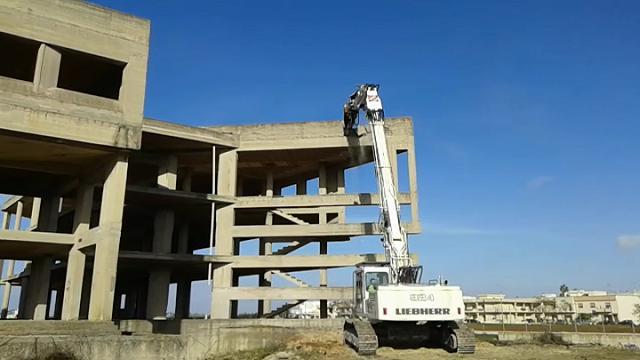 Ecomostri, la ruspa abbatte la sede incompiuta del municipio di Nardò