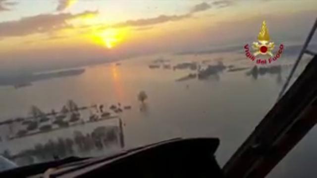 Maltempo in Emilia, l'elicottero dei pompieri sorvola Lentigione all'alba