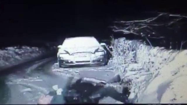 Gb, il poliziotto scivola sul ghiaccio: la caduta è comica