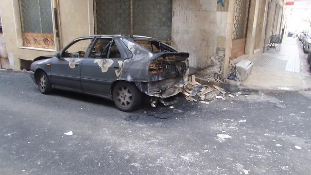 Sassari, auto incendiata in via Nuoro: le fiamme fino al primo piano