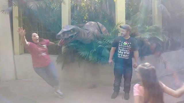 Florida, il dinosauro prende vita: la foto di famiglia è da ridere