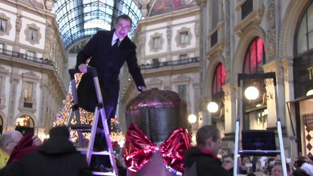 A Milano il panettone più grande del mondo, in centinaia si accalcano per una fetta