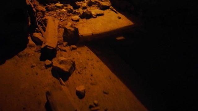 Grimacco, masso sfonda un edificio e precipita in strada