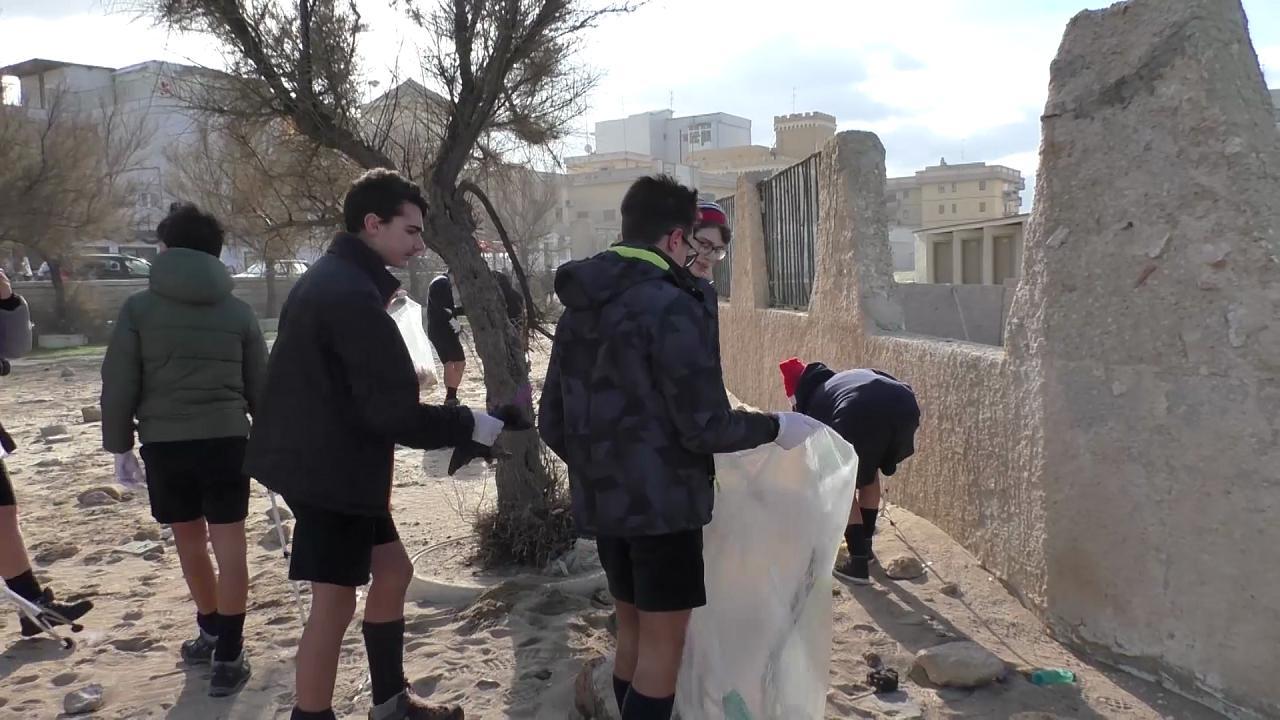 Bari grandi pulizie sulla spiaggia di san cataldo gli for Grandi arredi bari