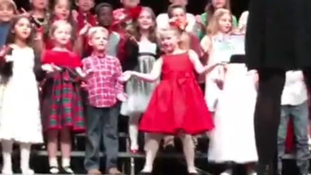 Usa, la bimba star del coro di Natale: milioni di clic per il suo show